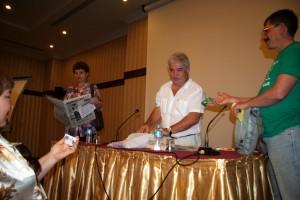 Леонид Арих (в центре) отвечает на вопросы коллег-журналистов