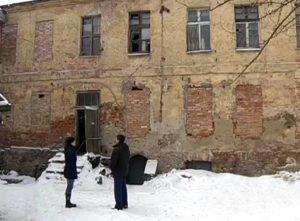 Сироты ютятся в аварийных домах