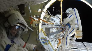 Кто «сверлит дыры» в космосе России?